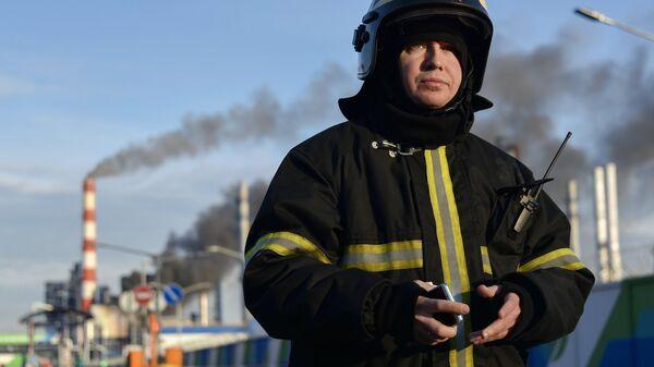 Сотрудник пожарной службы у Московского нефтеперерабатывающего завода в Капотне, где произошел пожар