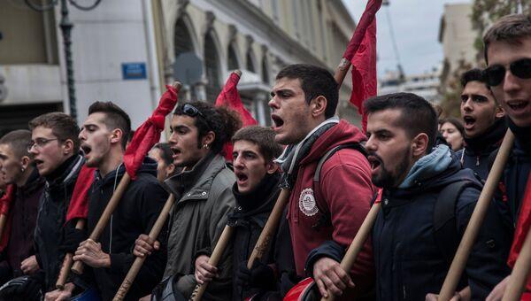 Участники демонстрации, посвященной 45-летию восстания студентов Политехнического института против режима военной диктатуры в Греции. 17 ноября 2018