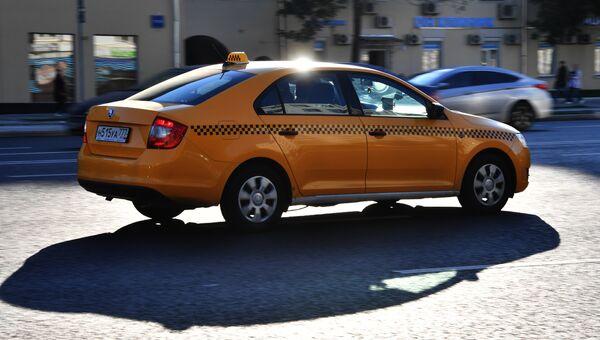 Автомобиль такси на улице Москвы. Архивное фото