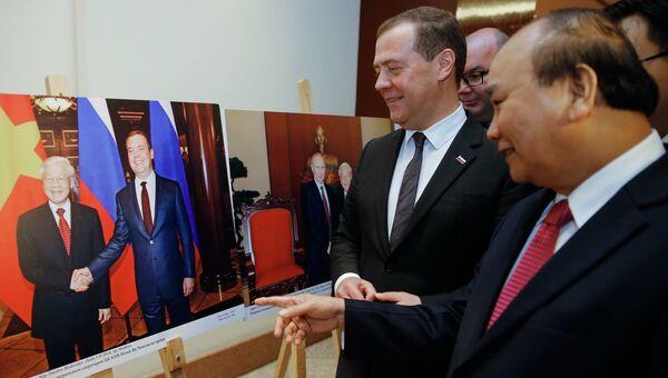 Председатель правительства РФ Дмитрий Медведев и премьер-министр Вьетнама Нгуен Суан Фук в Ханое