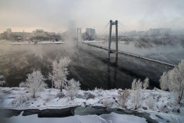 Виноградовский мост через реку Енисей к острову Татышева в Красноярске. 19 ноября 2018