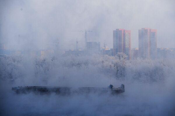 Баржа на якоре на реке Енисей в Красноярске