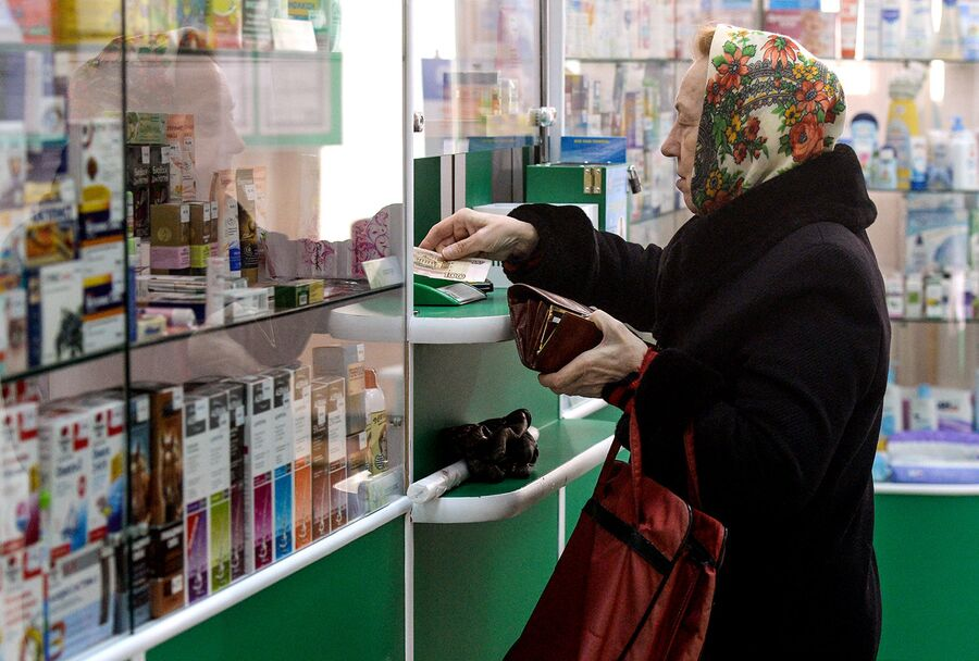 Покупатель в аптеке. Архивное фото