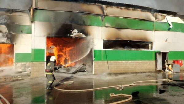 Пожар на складе на проезде Дорожников в Волгограде. 19 ноября 2018