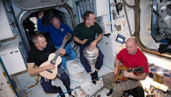 Члены экипажа 55-й экспедиции астронавт НАСА Дрю Фейстел, космонавт Роскосмоса Олег Артемьев и астронавты НАСА Рикки Арнольд и Скотт Тингл