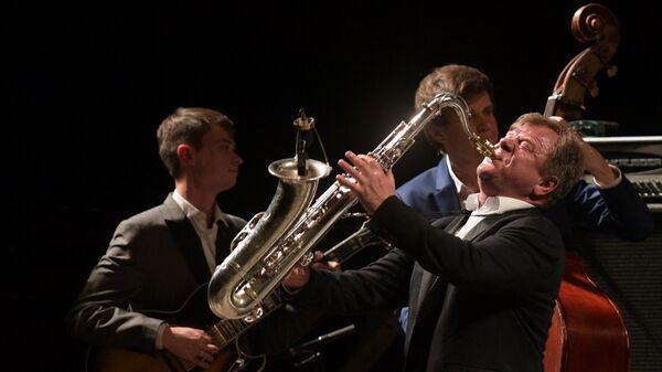 Музыкант Игорь Бутман выступает на концерте «Jazz Across Borders»