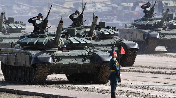 Танки Т-72Б3 армии России во время парада военной техники, участвовавшей в учениях Восток-2018