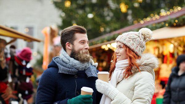 Счастливая пара пьет кофе на улице город