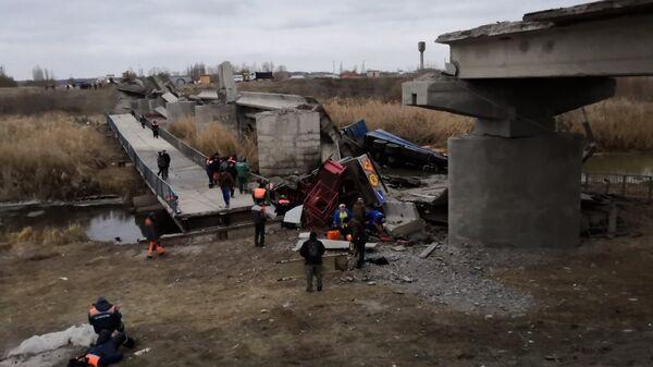 Автомобильный мост обрушился через реку Савала в Воронежской области. 21 ноября 2018