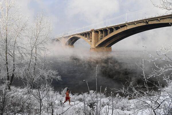 Участник клуба зимнего плавания Криофил на берегу реки Енисей в Красноярске
