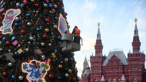 Украшение новогодней елки на Красной площади