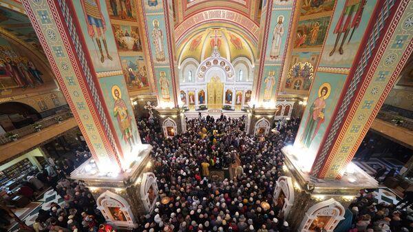 Верующие во время молебна и торжественной встречи мощей святителя Луки Крымского  в Калининградском кафедральном соборе Христа Спасителя.  23 ноября 2018