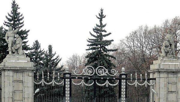 Ограда и ворота Московского аэровокзала. Архивное фото