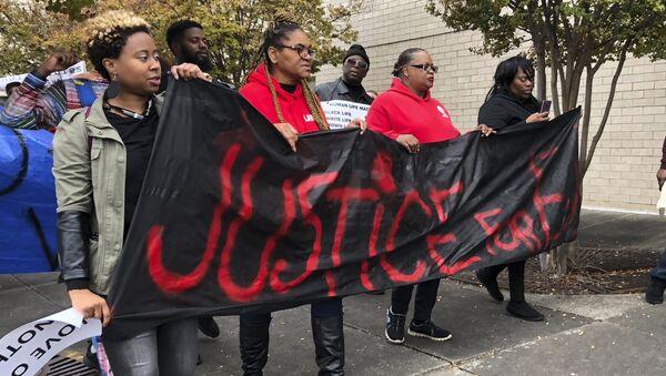 Участники протеста около торгового центра Riverchase Galleria в городе Гувер в Алабаме