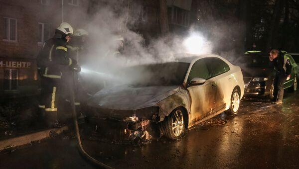 Пожарные тушат автомобиль неподалеку от посольства России в Киеве