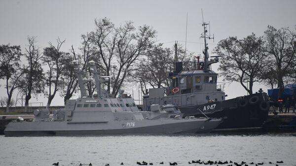 Малые бронированные артиллерийские катера Никополь, Бердянск и рейдовый буксир Яны Капу ВМС Украины в порту Керчи. Архивное фото