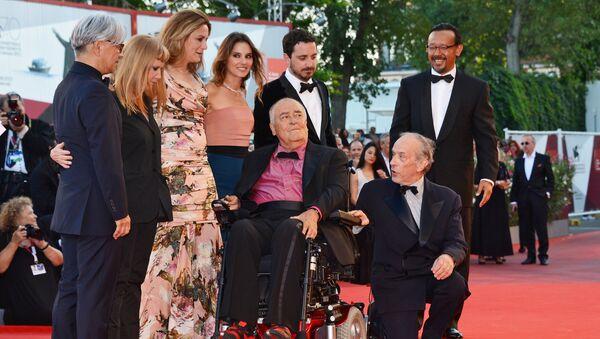 Кинорежиссер и драматург Бернардо Бертолуччи с членами жюри на церемонии закрытия 70-го Венецианского международного кинофестиваля