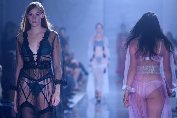 Модель демонстрирует одежду из новой коллекции Полет Амура дизайнера Зульфии Шарофеевой