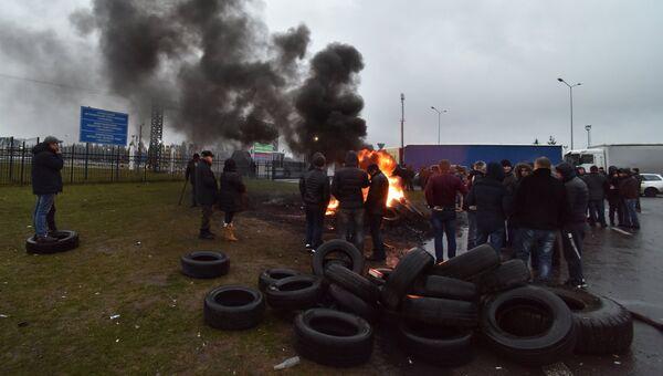 Владельцы автомобилей с иностранной регистрацией жгут автомобильные покрышки на украинско-польской границе во Львовской области. 26 ноября 2018