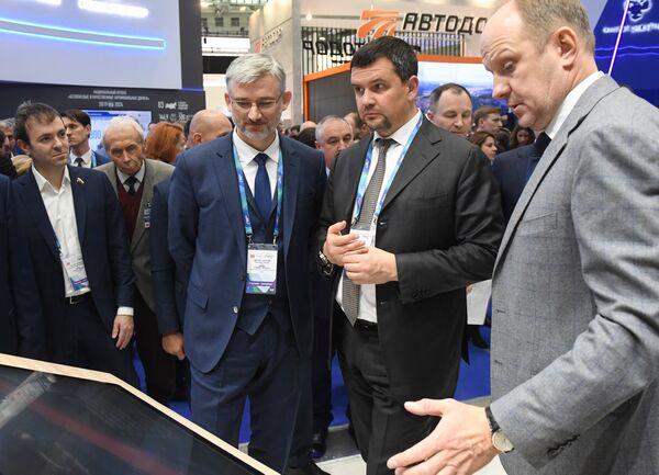 Евгений Дитрих, Максим Акимов и Сергей Храмагин на Международной выставке Транспорт России