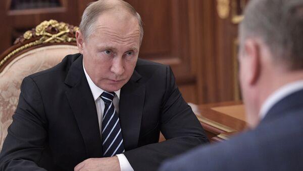 Президент РФ Владимир Путин во время встречи с губернатором Кировской области Игорем Васильевым. 26 ноября 2018