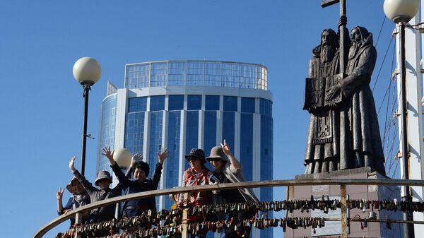 Туристы из Китая на смотровой площадке сопки Орлиное Гнездо во Владивостоке