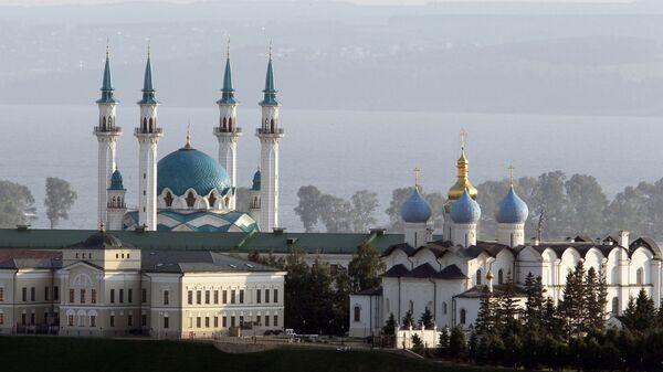 Вид на Мечеть Кул Шариф (слева) и Благовещенский собор (справа), расположенные на территории Казанского Кремля, со смотровой площадки отеля Ривьера