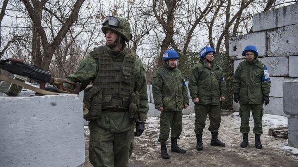Военнослужащий ЛНР и наблюдатели ОБСЕ на контрольно-пропускном пункте