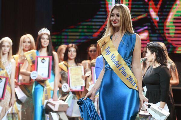Роксана Андриенко, награжденная в номинации Подиумная модель, во время финалов всероссийских конкурсов красоты Топ модель России 2018 и Топ модель PLUS 2018 в Korston Club Hotel в Москве