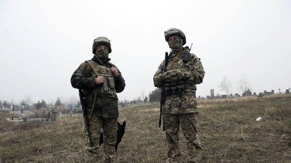 Украинские военнослужащие наблюдают за побережьем Азовского моря в районе Мариуполя. Архивное фото