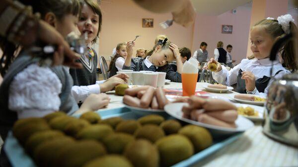 Первоклассники в столовой на обеде в одной из московских школ