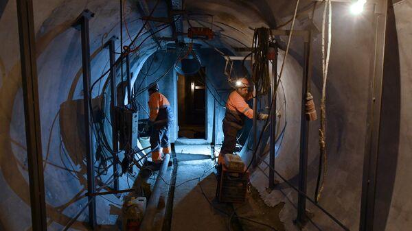 Рабочие проводят строительно-монтажные работы в тоннеле кабельного коллектора Пресня в Москве