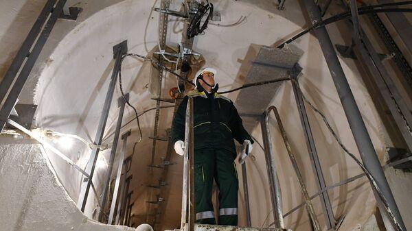 Сотрудник ГУП Москоллектор в тоннеле кабельного коллектора