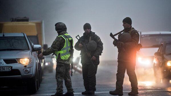 Военные и полицейские на контрольно-пропускном пункте в Бердянске