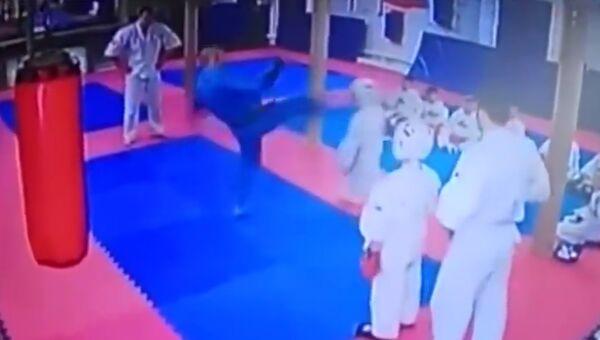 Скриншот видео с занятия кудо, где тренер Иван Кирилко ударил ребенка ногой