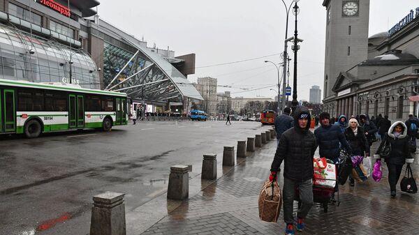 Прохожие у Киевского вокзала в Москве