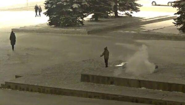 Скриншот видео, на котором ребенок потушил Вечный огонь на площади Славы в Нижнем Тагиле