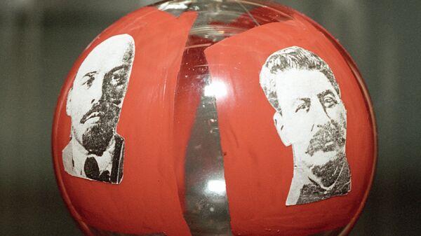 Единственный экземпляр новогоднего шара 1937 года с изображением Владимира Ленина и Иосифа Сталина на Выставке новогодней игрушки Мерцание истории в елочном шарике
