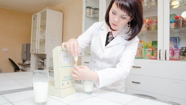 Доцент Высшей медико-биологической школы ЮУрГУ Гузель Альхамова изучает обработанное ультразвуком молоко