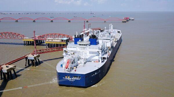 Российский танкер Владимир Русанов со сжиженным природным газом в порту города Наньтун, КНР