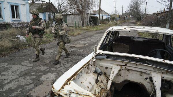 Украинские военные на линии разграничения в Донбассе.