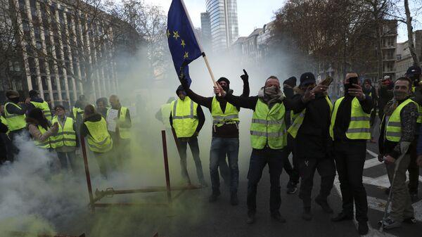 Участники акции протеста против роста цен на бензин желтые жилеты в Брюсселе, Бельгия. 30 ноября 2018