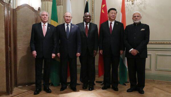 Президент РФ Владимир Путин во время совместного фотографирования лидеров БРИКС на полях саммита Группы двадцати в Буэнос-Айресе. 30 ноября 2018