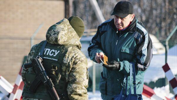 Украинский пограничник на контрольно-пропускном пункте Гоптовка на границе России и Украины. 30 ноября 2018