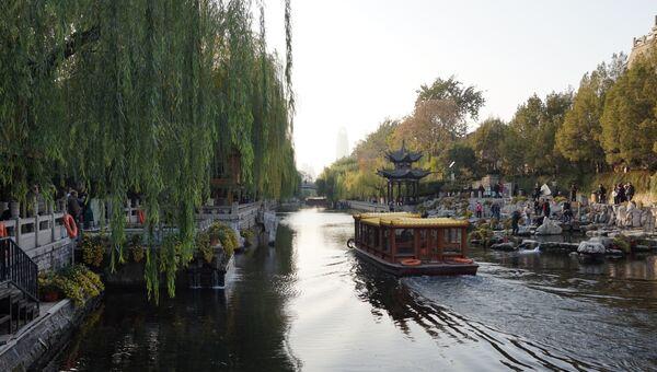 Катание на лодках в парке города Цзинань в Китае