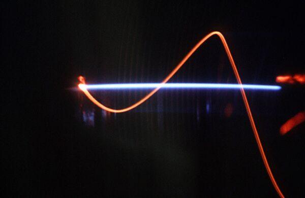 Электронный пучок вдоль магнитного поля. Архивное фото