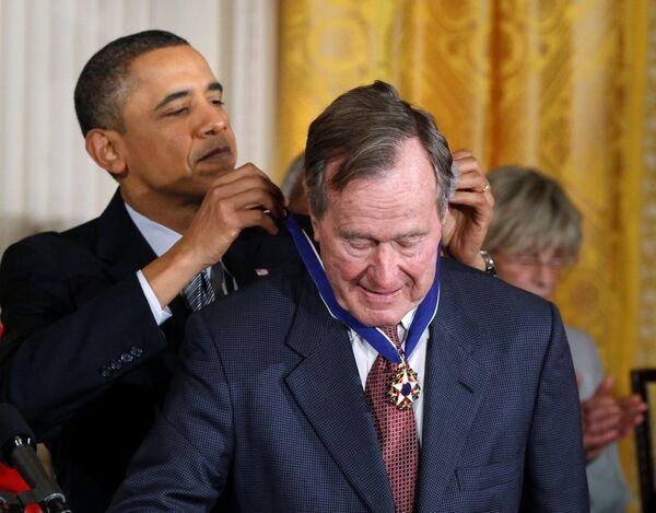 Президент США Барак Обама награждает медалью Свободы бывшего президента США Джорджа Г. У. Буш в Белом доме в Вашингтоне. 15 февраля 2011