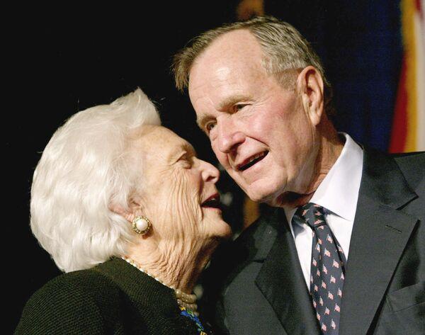 Бывший президент США Джордж Герберт Уокер Буш со своей женой Барбарой. 2002