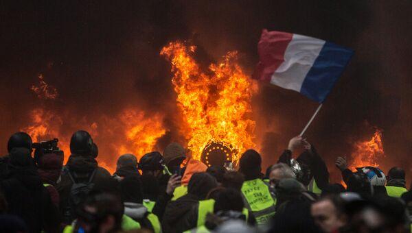 Акция протеста автомобилистов жёлтые жилеты в Париже. 1 декабря 2018