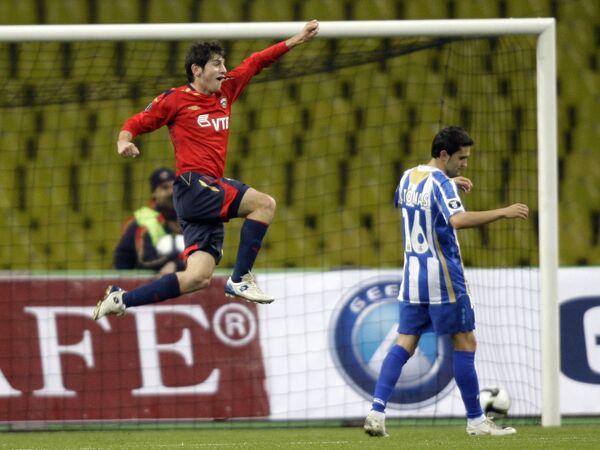 Алан Дзагоев (слева) празднует гол в ворота Депортиво